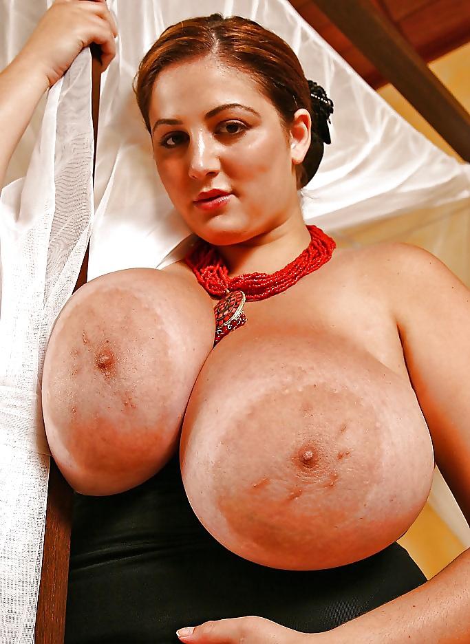 Смотреть как у женщин огромные сиськи